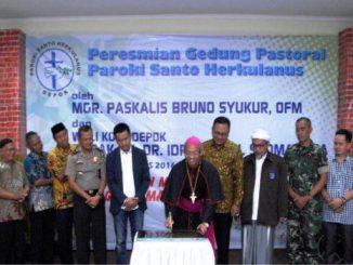 Mgr Paskalis Bruno Syukur OFM sedang menandatangani prasasti Gedung Pastoral baru Paroki St Herkulanus Depok, Jawa Barat [Dok. Panitia]