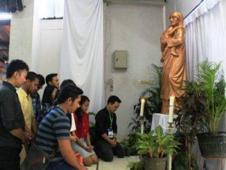 Sekumpulan OMK Paroki Cikarang berdoa di hadapan patung Santa Teresa.  [HIDUP/Antonius E. Sugiyanto]