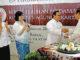Mgr Suharyo memberikan potongan tumpeng kepada Ketua KKP, Romo Agustinus Heri Wibowo. [HIDUP/ Christophorus Marimin]