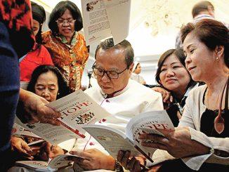 Mgr Suharyo melayani umat yang meminta tanda tangan pada jeda peluncuran buku. [HIDUP/Stefanus P. Elu]