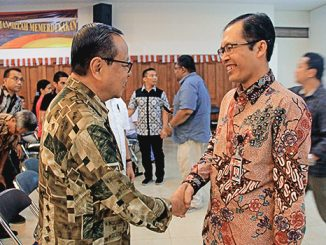 Mgr Suharyo berjabat tangan dengan Wakil Ketua KPK Alexander Marwata. [HIDUP/Yanuari Marwanto]