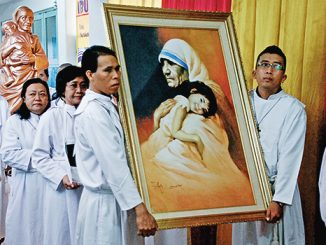 Perarakan lukisan dan patung St Teresa. [Dok. Komsos Paroki Cikarang]