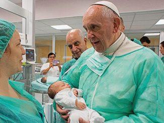 Paus Fransiskus menggendong bayi saat mengunjungi Unit Neonatal, Rumah Sakit San Giovanni Roma. [titles.ws]