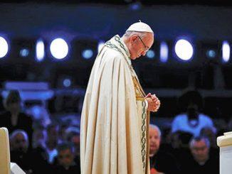 Paus Fransiskus saat berdoa di Campus Misericordiae selama WYD di Polandia. [corriere.it]