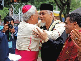 Mgr Anicetus Sinaga OFMCap dengan Maratua Simanjuntak. [HIDUP/Yusti H. Wuarmanuk]
