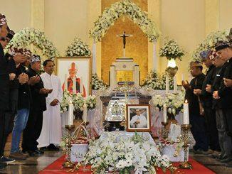 Perwakilan Masyarakat Suku Osing Kemiren Banyuwangi, Jawa Timur sedang berdoa di depan peti jenazah Mgr Pandoyoputro OCarm. [Dok. FB Pusat Informasi Tahbisan Uskup Malang 2016]