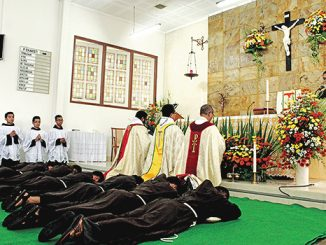 Tujuh Frater OFM tengkurap di depan altar [Rio Edison OFM]