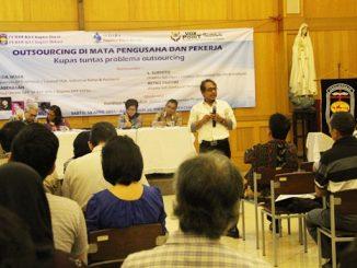 R. Abdullah menjadi salah satu pembicara dalam seminar outsourcing.  [HIDUP/Celtus Jabun]