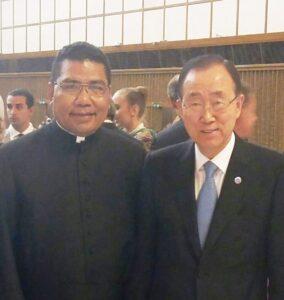 Pastor Markus Solo Kewuta SVD berfoto bersama dengan Sekjen PBB Ban Ki-moon dalam pembukaan Global Conference on Faith & Sport di Vatikan, Rabu (5/10). Dok. Pribadi